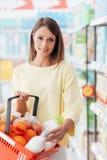 Vrouw bij de supermarkt stock afbeelding