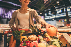 Vrouw bij de supermarkt royalty-vrije stock foto's