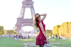 Vrouw bij de Toren Parijs, Frankrijk van Eiffel Jong toeristenmeisje in een rode romantische kleding die en de meningen glimlache royalty-vrije stock fotografie