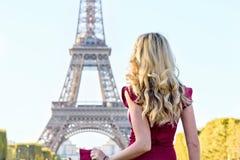 Vrouw bij de Toren Parijs, Frankrijk van Eiffel Jong toeristenmeisje in een rode romantische kleding die de meningen bewonderen P royalty-vrije stock afbeeldingen