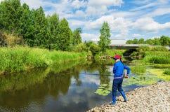 Vrouw bij de zomer de visserij Stock Fotografie