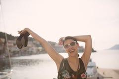 Vrouw bij de zomerfestival die hoge hielen houden Het jonge Europese donkerbruine springen, klaar aan partij stock foto's