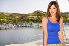 Vrouw bij een haven Stock Fotografie