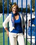 Vrouw bij een jachthaven Royalty-vrije Stock Afbeelding