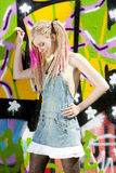 Vrouw bij graffittimuur Royalty-vrije Stock Foto