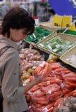 Vrouw bij greengrocery stock foto