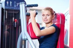 Vrouw bij gymnastiek het uitoefenen Royalty-vrije Stock Fotografie