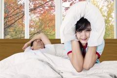 Vrouw bij haar echtgenoot wordt geërgerd die Stock Foto's