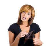 Vrouw bij haar lege portefeuille wordt geschokt die Royalty-vrije Stock Foto's