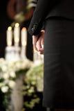 Vrouw bij het begrafenis rouwen stock foto's