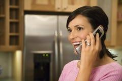Vrouw bij het Glimlachen van de Telefoon van de Cel Royalty-vrije Stock Foto's