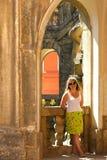 Vrouw bij het kasteel. stock afbeeldingen