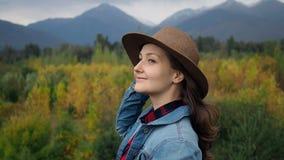 Vrouw bij het landschap van de herfstbergen stock videobeelden