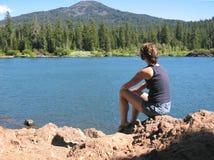 Vrouw bij het meer Stock Foto's