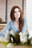 Vrouw bij het restaurant Royalty-vrije Stock Afbeelding