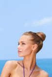 Vrouw bij het strand Royalty-vrije Stock Afbeeldingen