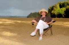 Vrouw bij het strand stock fotografie