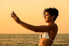 Vrouw bij het strand Royalty-vrije Stock Foto's