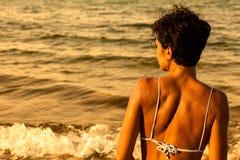 Vrouw bij het strand Stock Afbeeldingen