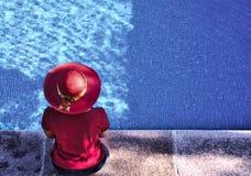 Vrouw bij het zwembad royalty-vrije stock foto's