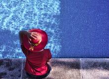 Vrouw bij het zwembad royalty-vrije stock afbeeldingen