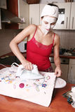 Vrouw bij huishoudelijk werk Stock Afbeeldingen