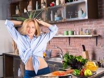 Vrouw bij keuken het spelen met hebzuchtui Royalty-vrije Stock Foto's
