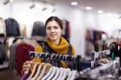 Vrouw bij kledingsopslag Stock Fotografie