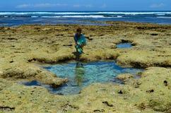 Vrouw bij kust van Kenia in afvloeiing Royalty-vrije Stock Afbeelding