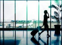 Vrouw bij Luchthaven - Silhouet van een passagier Stock Foto