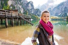 Vrouw bij Meer Bries met houten pijler op de achtergrond Royalty-vrije Stock Afbeelding