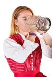 Vrouw bij meest oktoberfest drankpint van bier Stock Foto's