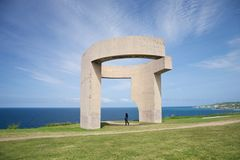 Vrouw bij monument in Gijon Stock Fotografie