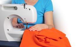 Vrouw bij naaimachine Stock Foto's