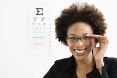 Vrouw bij oogarts stock foto