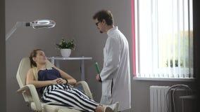 Vrouw bij overleg met haar arts stock footage