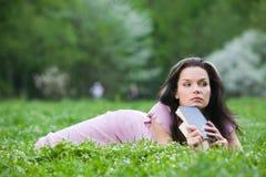 Vrouw bij park Stock Afbeelding
