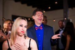 Vrouw bij Partij Weerzinwekkend met de Lompe Mens stock foto's