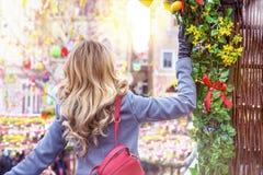 Vrouw bij Pasen-markt in Praag, Czeh-Republiek Pasen-vakantiedecors Stock Foto's