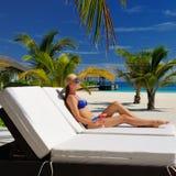 Vrouw bij poolside met kosmopolitische cocktail Royalty-vrije Stock Afbeelding