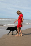 Vrouw bij rode en zwarte hond royalty-vrije stock afbeeldingen
