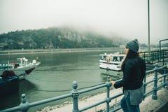 Vrouw bij stadsdok in mistige dag stock foto