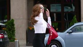 Vrouw bij straat het mobiele spreken stock footage