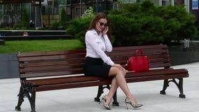 Vrouw bij straat het mobiele spreken stock video