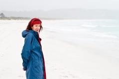 Vrouw bij strand met overzeese mist Royalty-vrije Stock Foto's