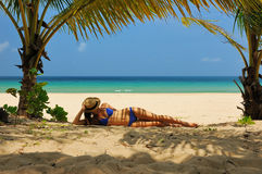 Vrouw bij strand onder palm royalty-vrije stock afbeelding
