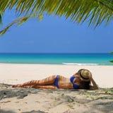 Vrouw bij strand onder palm stock foto's