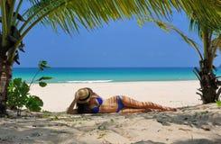 Vrouw bij strand onder palm royalty-vrije stock fotografie