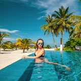 Vrouw bij strandpool in de Maldiven royalty-vrije stock foto's