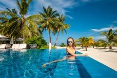 Vrouw bij strandpool in de Maldiven Royalty-vrije Stock Fotografie